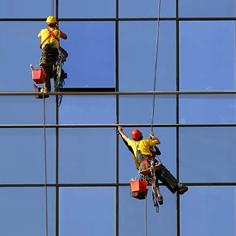 Mycie okien metodą alpinistyczną